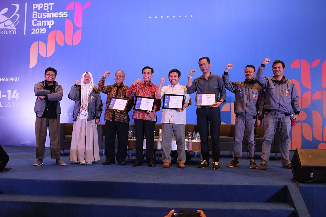 Pembicara berfoto bersama dengan peserta.