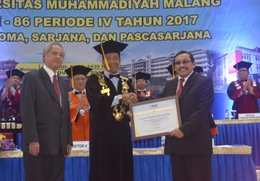Kepala BSN Selaku Ketua KAN Menyerahkan Sertifikat Akreditasi ke Rektor UMM