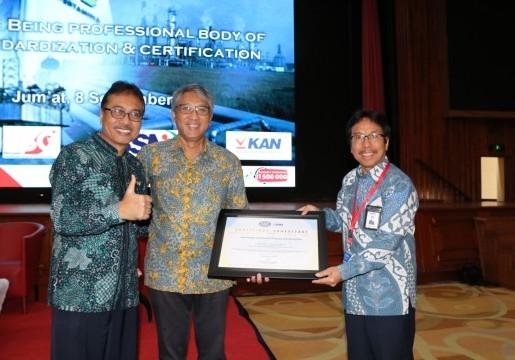 Sekjen KAN Serahkan Sertifikat Akreditasi SNI ISO 17021-1:2015 kepada LSSM PSC