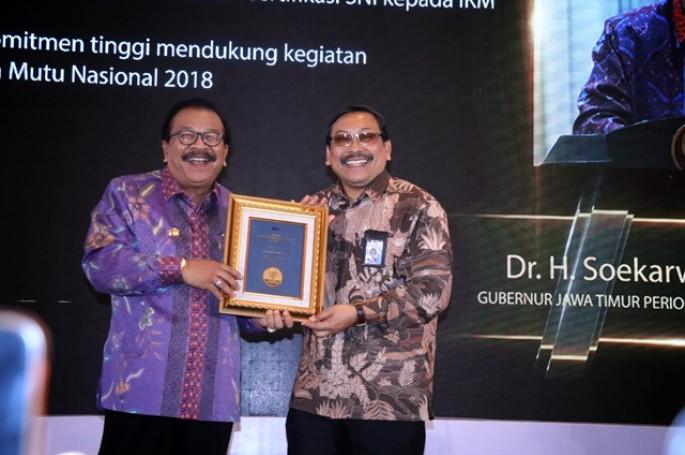 BSN Berikan Penghargaan Tokoh Pemrakarsa Standardisasi kepada Gubernur Jawa Timur